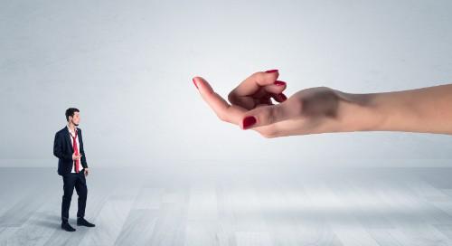 男性を誘惑する女性の手